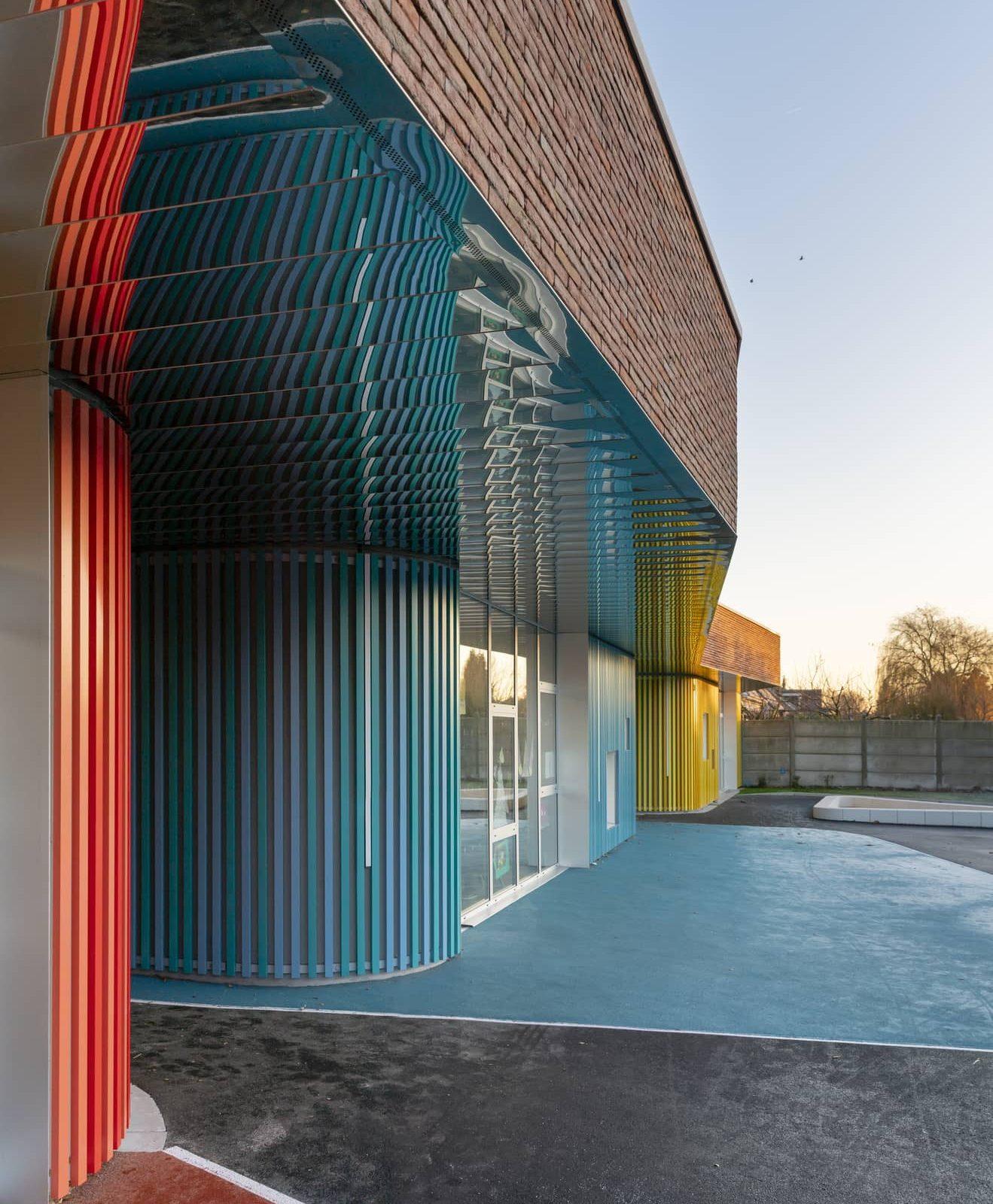 Travaux de bardage rapporté à l'école maternelle Henri Ghesquière à Lesquin Lille dans le Nord